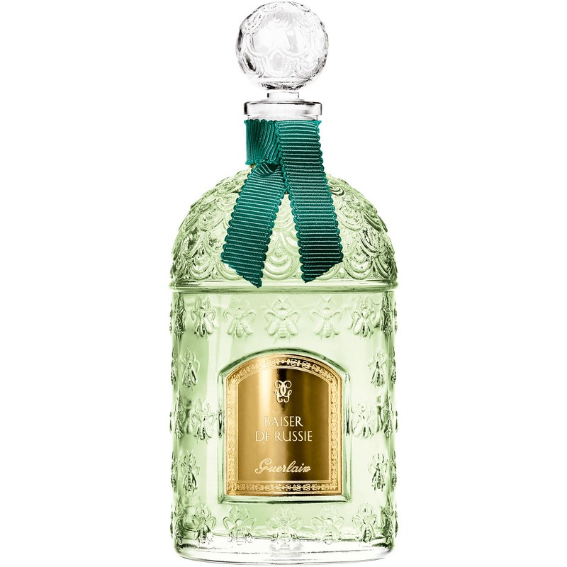 Guerlain Kisses the World with the Baiser de Russie. To see more news about dazzling perfumes, subscribe our newsletter right now! #guerlain #baiserderussie #beebottle #lesparisiennescollection #exclusivecollections #finefragrances #bestperfumes #luxurybrands #luxurygoods